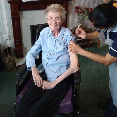 Maureen receives her booster jab
